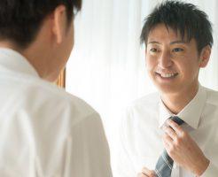 ネクタイを締めている若い男性