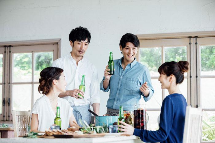 パーティーを楽しむ若者たち