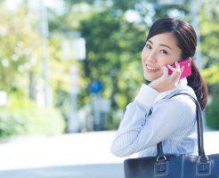 スマホで電話をしている社会人女性