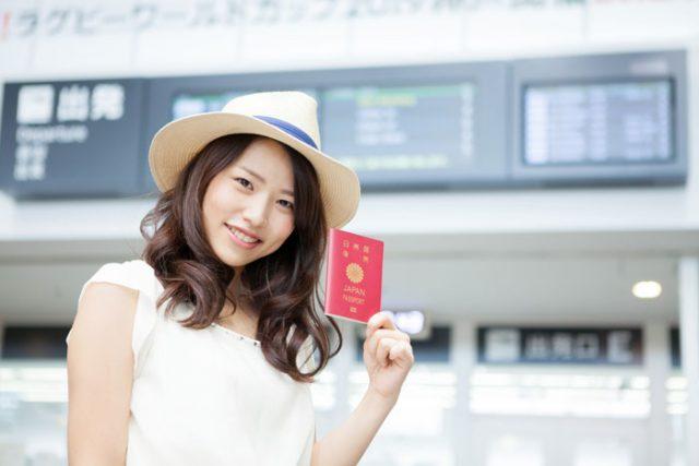 海外旅行に出かける女性