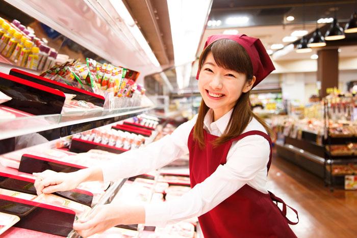 スーパーで楽しそうに働く若い主婦