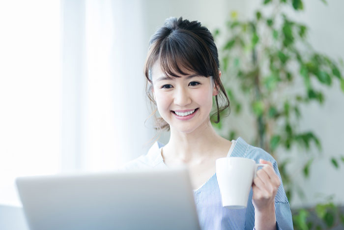 自宅でパソコンを見ている女性
