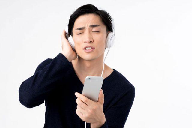 音楽を聴いている男性