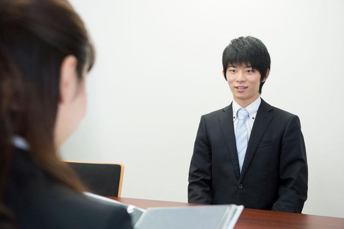 面接を受けているスーツ姿の若い男性