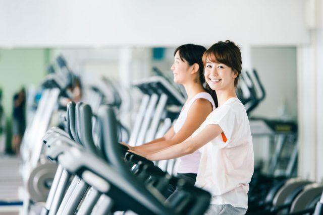 スポーツジムで運動している若い女性