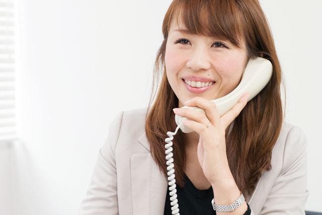 電話中の村松さん