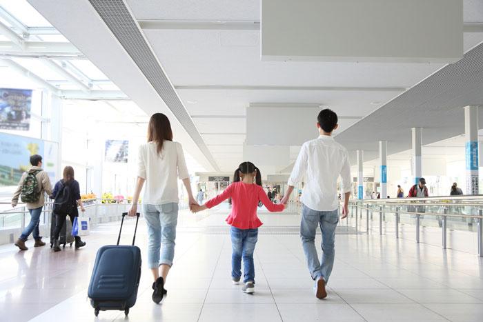旅行に出かける3人の家族