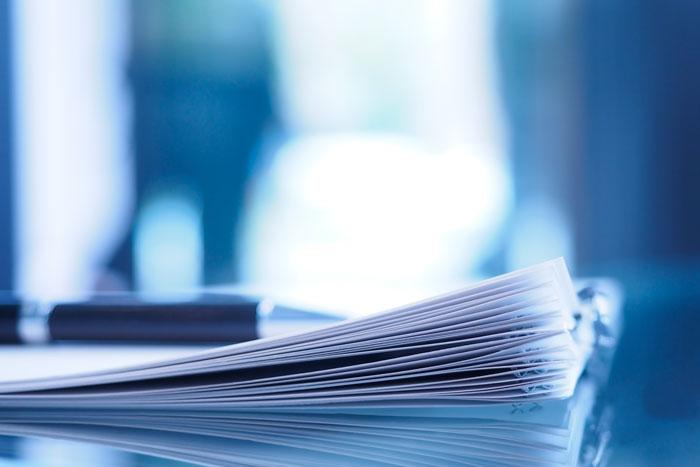 机の上に置かれた大量の書類