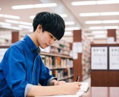 図書館で勉強中の若い男性