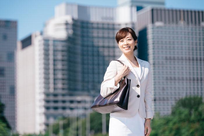 ビジネス街で爽やかな笑顔の中年女性