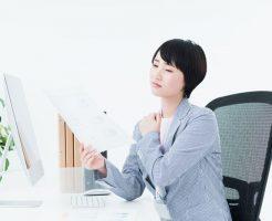 職場のいじめにストレスを抱える女性
