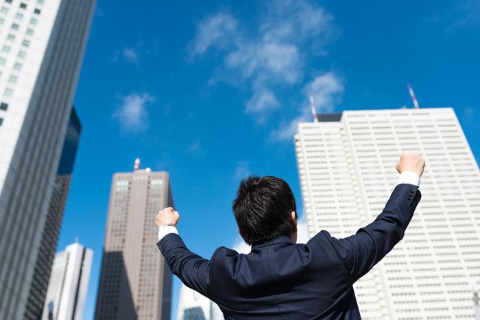 ビジネス街で喜ぶ男性