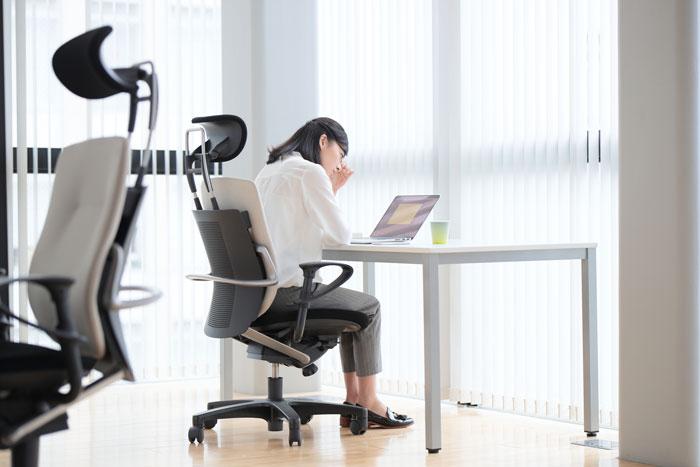 オフィスで頭を抱える女性