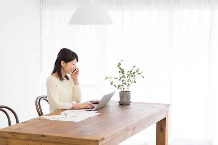 自宅でパソコンを操作している女性