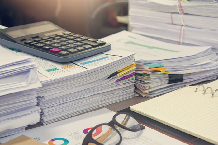 デスクに置かれた大量の書類