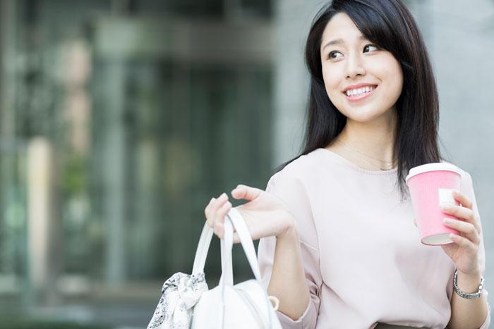 ビジネス街を歩く若い女性