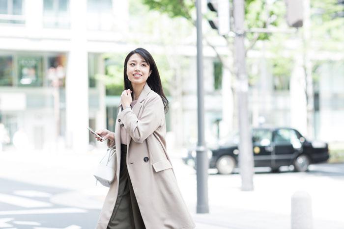 オフィス街を歩く爽やかな社会人女性