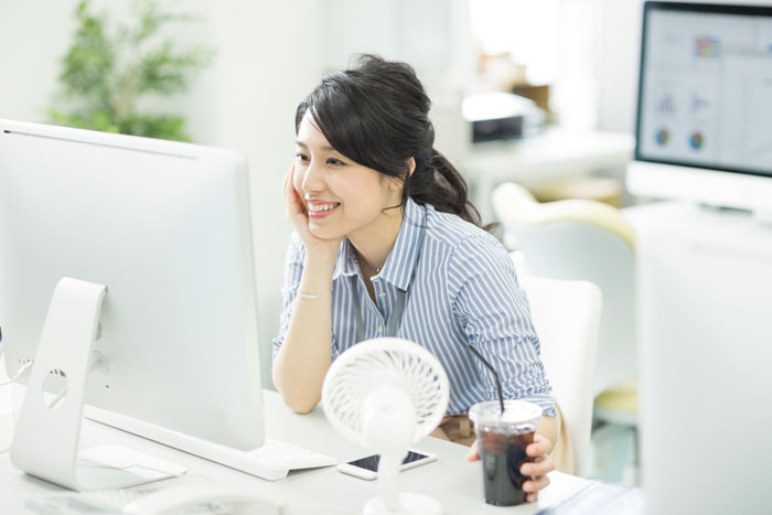 休憩中に転職先を調べる女性