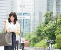 ビジネス街を歩く20代の社会人女性