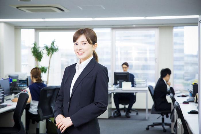 広いオフィスで働く若い女性