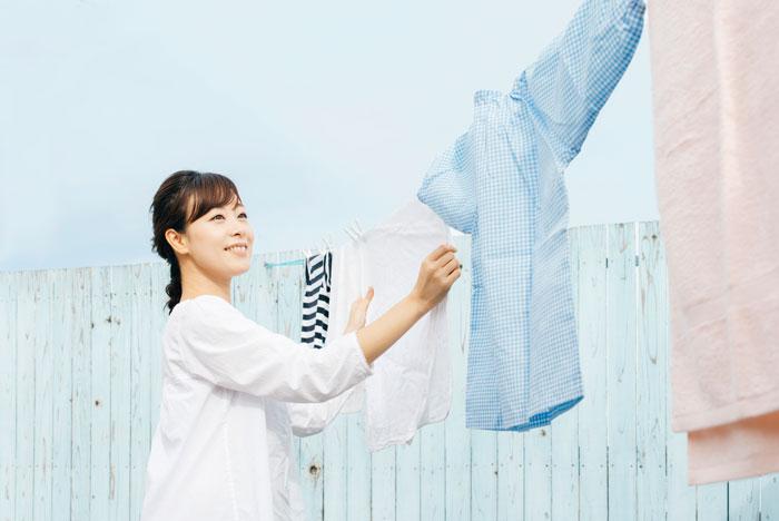 洗濯物を干している中年女性