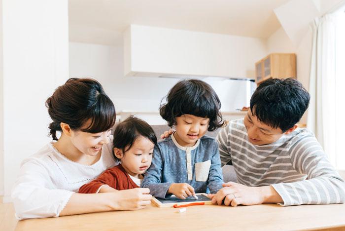 自宅で遊んでいる4人家族