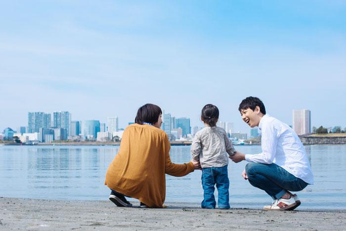 浜辺で遊ぶ仲の良さそうな家族