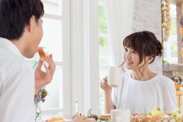 朝食を楽しんでいる若い夫婦