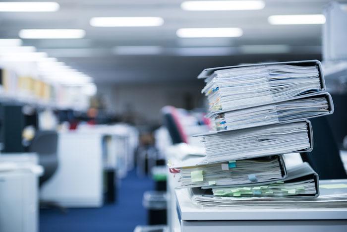 大量に積み重ねている書類