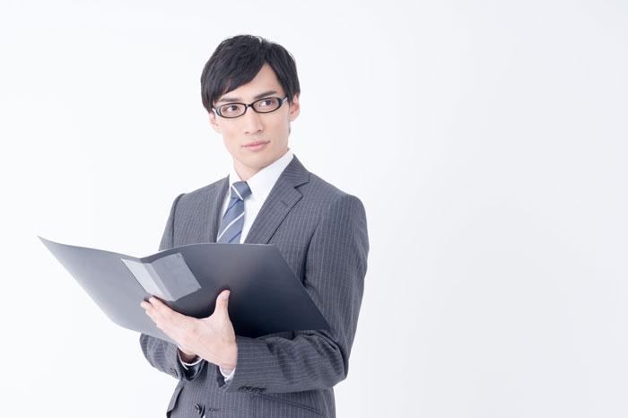 メガネをかけているスーツ姿の男性