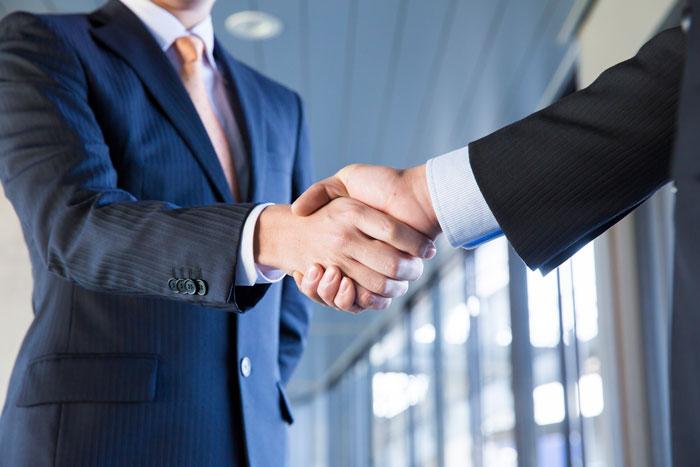 握手を交わす退職代行会社
