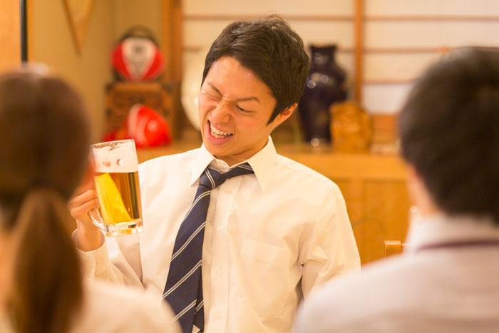 美味しそうにビールを飲む男性