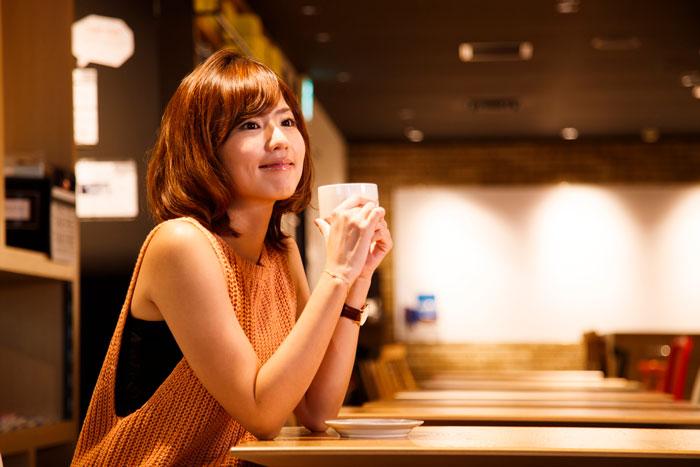 カフェでくつろいでいる女性