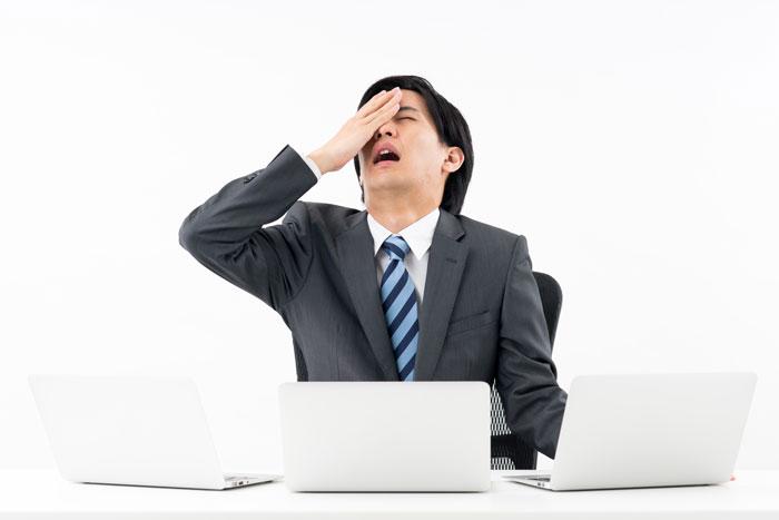 パソコンの前で絶望している男性