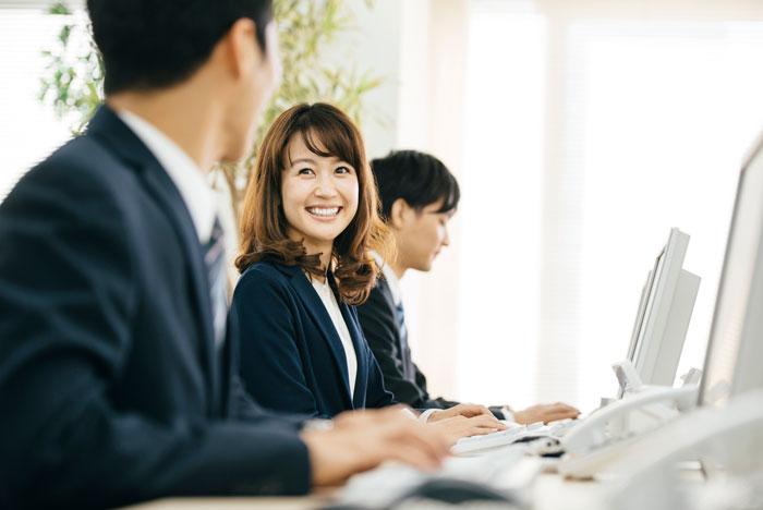 満面の笑みで仕事中の女性