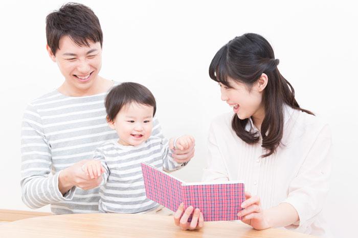 楽しそうに遊ぶ家族