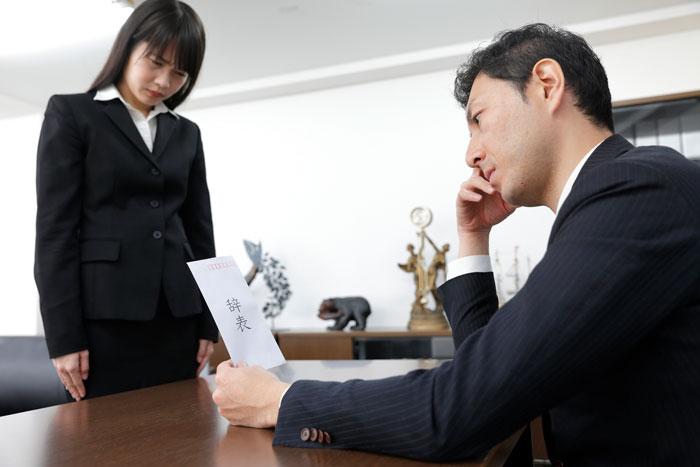 退職届を上司に渡した女性