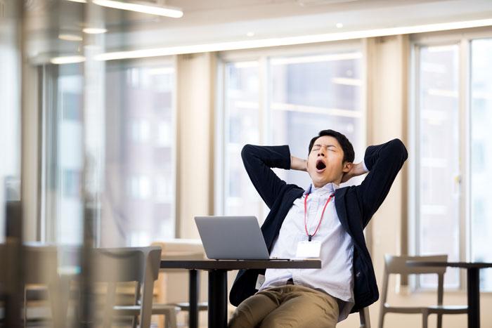 大きなあくびをしている男性