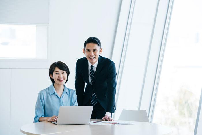 会議室で仕事中の男女