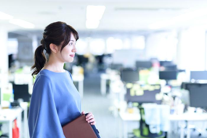 オフィスで遠くを見つめる女性
