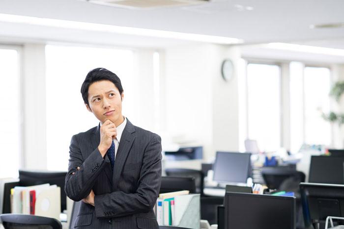 オフィスで顔をしかめている男性