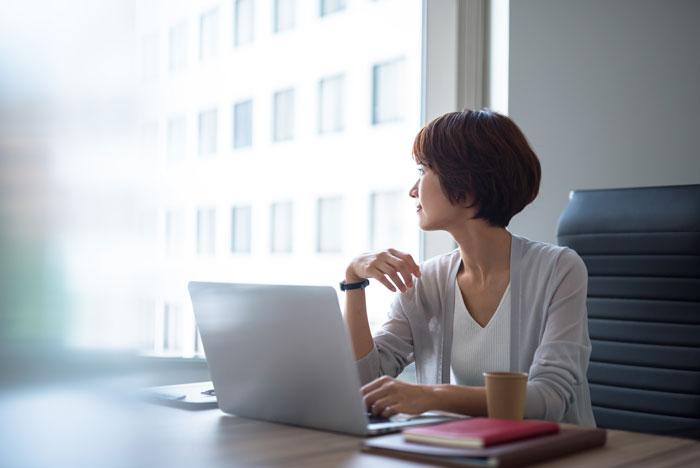 遠くを見つめる働く女性