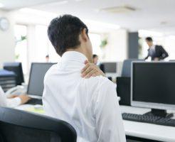 仕事のストレスで疲れている男性