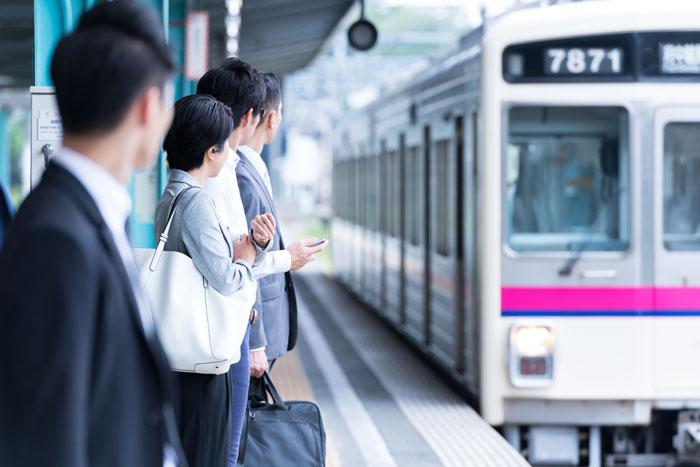 電車を待っている人たち