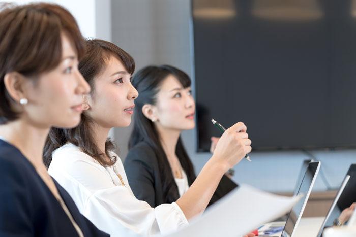 会議中の女性スタッフ