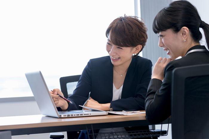 会議室で打ち合わせ中の女性2人