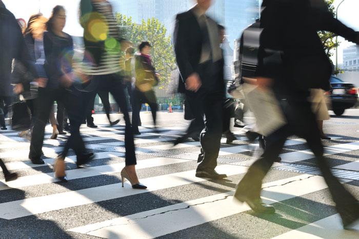 交差点を渡る社会人たち