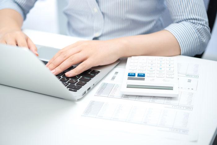 パソコンで書類を作成している女性