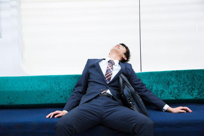 疲れ果てて倒れ込んでいる男性