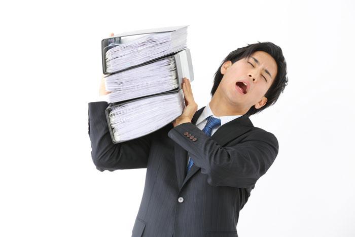 大量の書類を抱えた男性